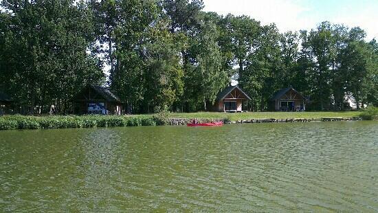 Camping Huttopia Rillé: Vue depuis le lac