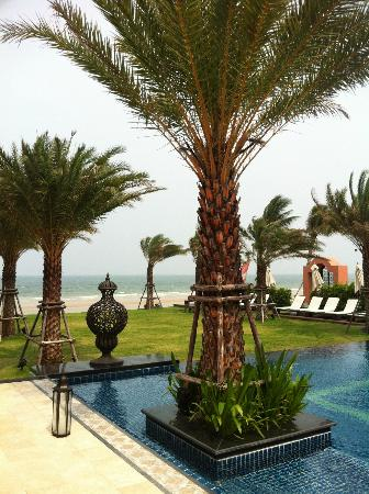 Marrakesh Hua Hin Resort & Spa: สระว่ายน้ำใกล้ชายหาด