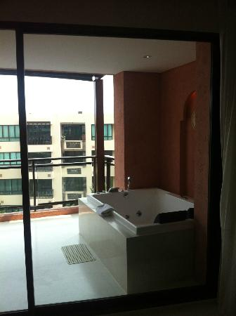 Marrakesh Hua Hin Resort & Spa: ห้องจากุซซี่มองเห็นวิวสระว่ายน้ำและทะเล