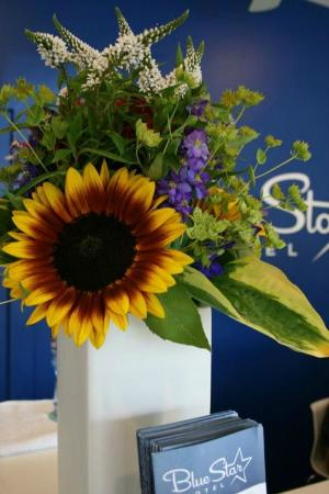 Blue Star Motel: Flowers at the Front Desk