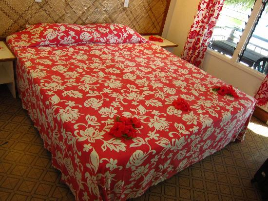 Paradise Cove Lodges: Nice decoration on bed