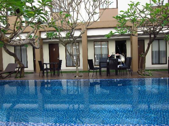 Hotel Santika Kuta Bali : Breakfast area around pool