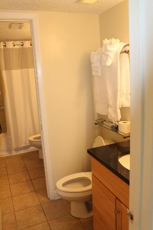 Shell Island Resort: Very Clean Bathroom