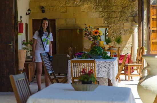 Tenuta Torre Pinta: Monica nel portico del Torre Pinta