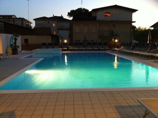 Hotel Bristol: piscina di sera