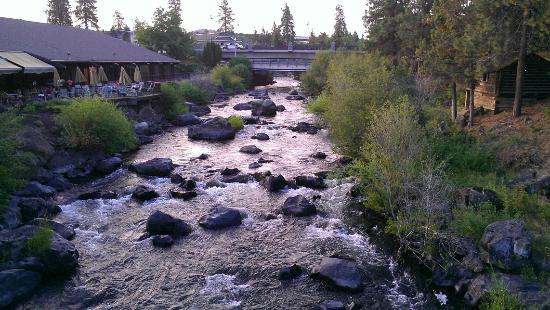 The Riverhouse Hotel and Convention Center: Deschutes River from bridge between units