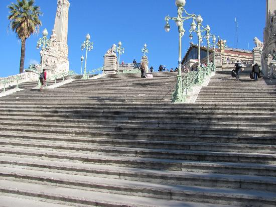 Ibis Marseille Centre Gare Saint Charles : Schöner Treppenaufgang zum Bahnhof