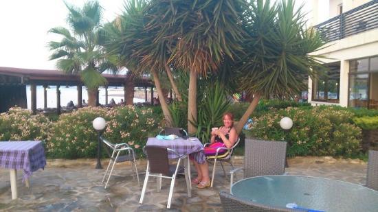 Souli Beach Hotel: poolside dinning