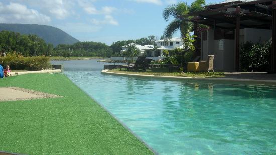 Blue Lagoon Resort: THe pool