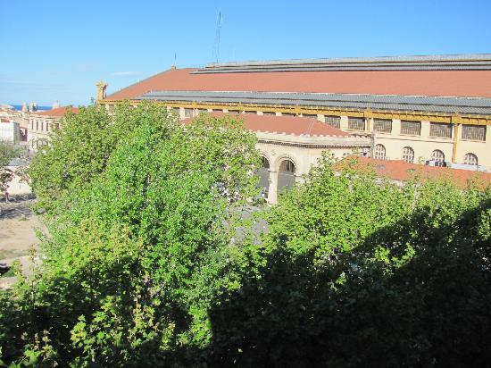 Ibis Marseille Centre Gare Saint-Charles: Blick aus dem Fenster auf Bahnhofgebäude