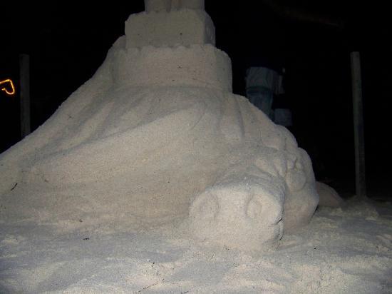 Bananarama Beach and Dive Resort: Firedance, sand molding display