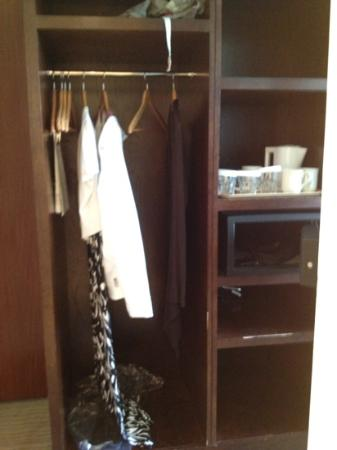 Mercure Maidstone Great Danes Hotel: small wardrobe - no drawers in the room!