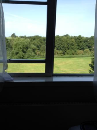 Mercure Maidstone Great Danes Hotel: this is how far the windows open!! nice view though!