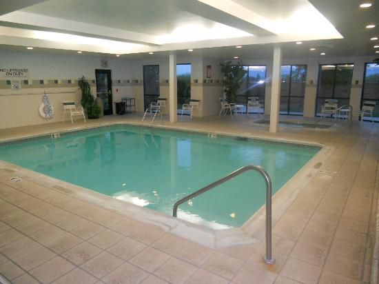 Courtyard Medford Airport: Indoor pool and whirlpool