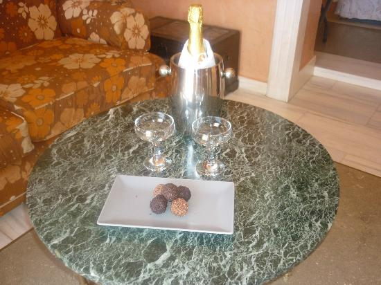 Art Maisons Luxury Santorini Hotels Aspaki & Oia Castle: Complimentary sparkling wine and truffles