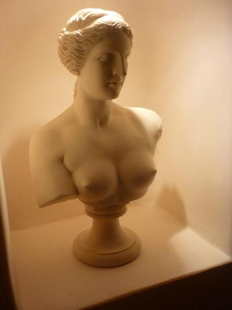 Art Maisons Luxury Santorini Hotels Aspaki & Oia Castle: bust in room 