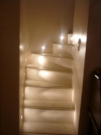 Art Maisons Luxury Santorini Hotels Aspaki & Oia Castle: steps up to bathroom