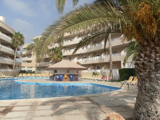 Palmera Beach Apartments: poolside