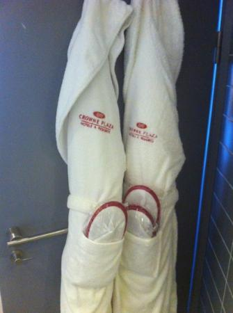Crowne Plaza Manchester City Centre: Bathrobes and slippers