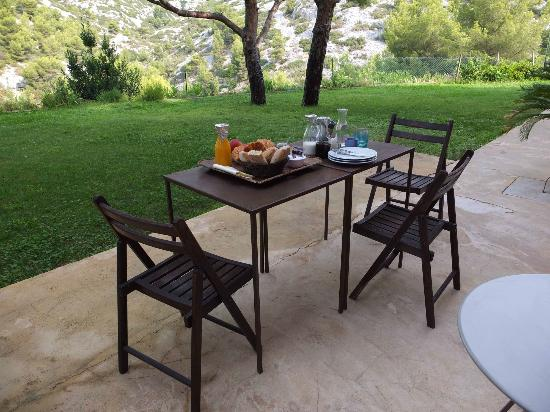 La Garrigue: terrace at breakfast time