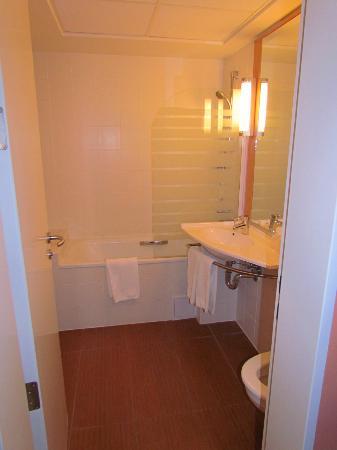 Hotel Ibis: bahtroom