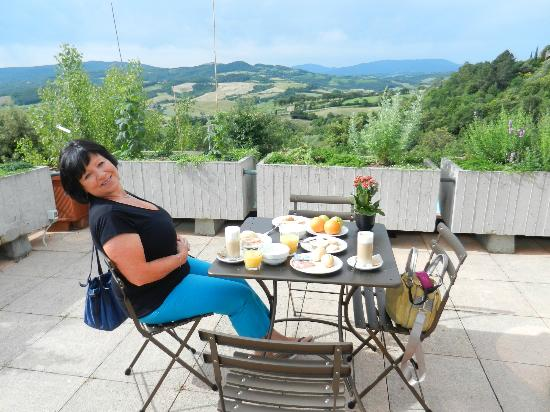 Hotel Terre di Casole: Breakfast on the terrace offering stunning panoramatic views