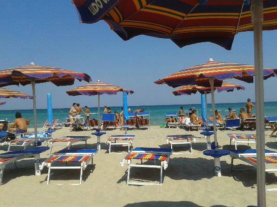 Hotel Club Koinè : La spiaggia (ombrellone e lettini fortunatamente compresi)