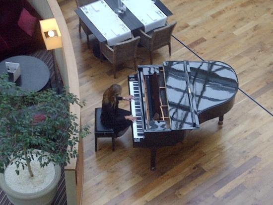 Sheraton Grand Krakow: Piano throughout Dinner...