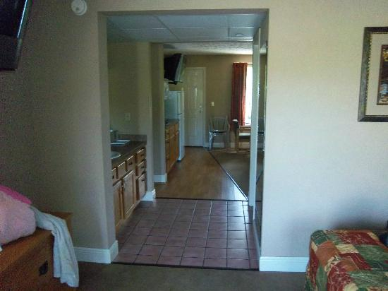 Twin Mountain Inn & Suites: Walk way between 2 living areas