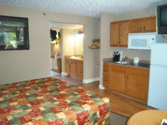 Twin Mountain Inn & Suites: Bed + kitchen