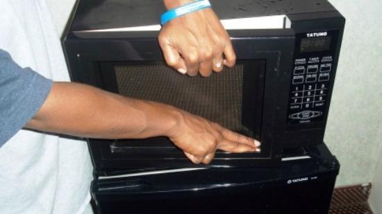 Super 8 Fredericksburg: Protective glass missing on microwave