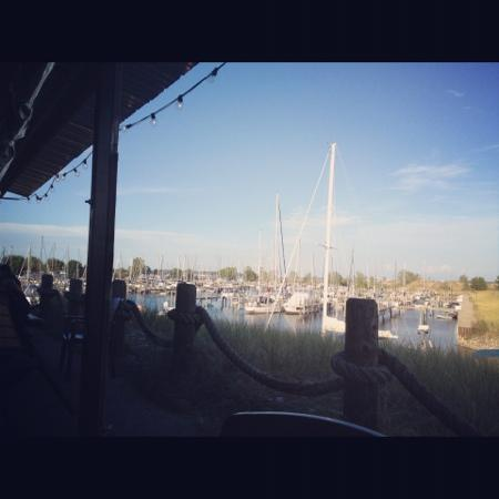 Dockers Fishhouse: outdoor seating view