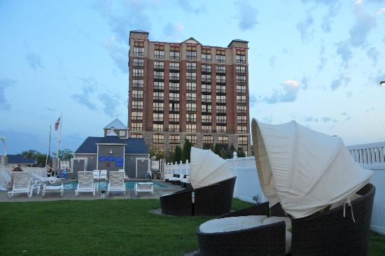 Shoreline Inn & Conference Center, an Ascend Hotel Collection Member: Outside pool in front of the hotel