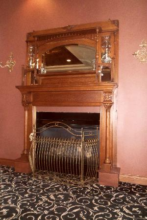 Shoreline Inn & Conference Center, an Ascend Hotel Collection Member: Fireplace near the Reception