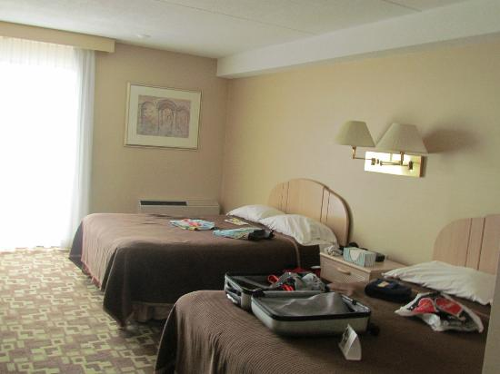 Howard Johnson Hotel by the Falls Niagara Falls : Chambre 1 de la suite familiale
