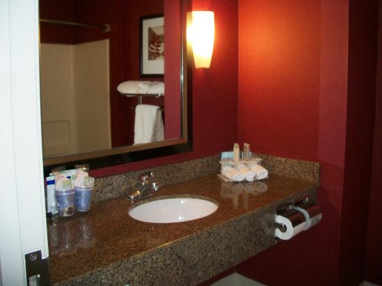 Holiday Inn Express Ogden: Bathroom sink with marble counter, coffee service and complimentary toiletries