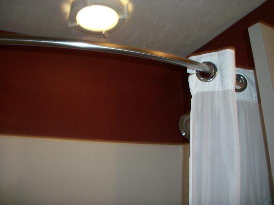 Holiday Inn Express Ogden: Expanded shower rod