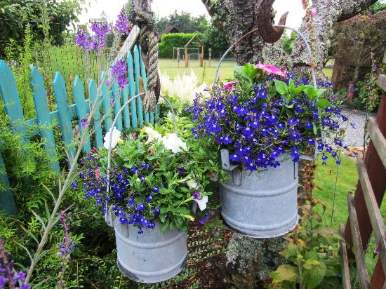 Farmhouse Bed & Breakfast: Gardens