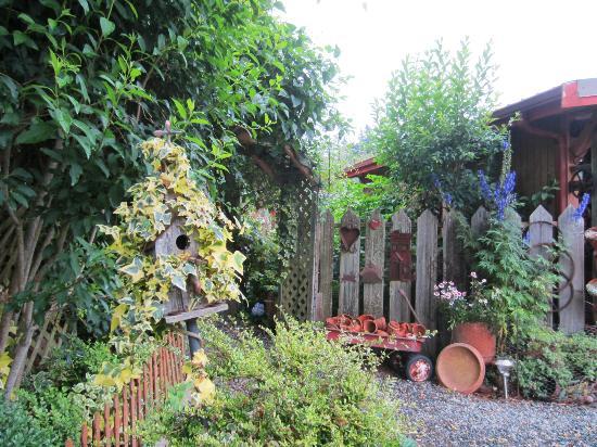 Farmhouse Bed & Breakfast: Artfully arranged garden treasures 