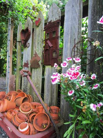 Farmhouse Bed & Breakfast: Garden art 