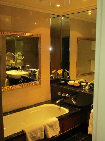 Hyatt Regency Johannesburg: Bathroom