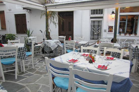 Hellinikon Restaurant: outside.