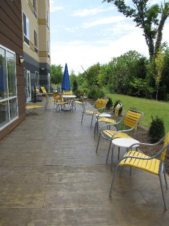 Fairfield Inn & Suites Montgomery Airport South: Patio area off the back of the hotel