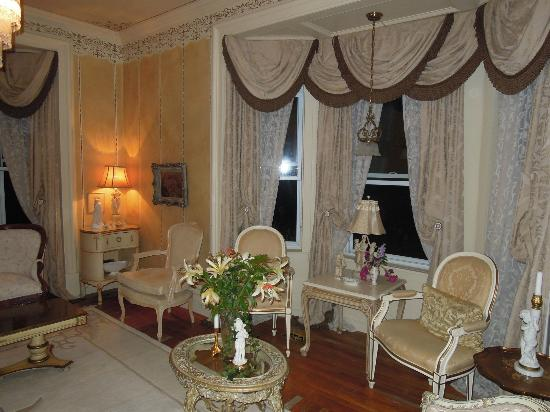 Russell Manor Bed and Breakfast: Corner of formal sitting room