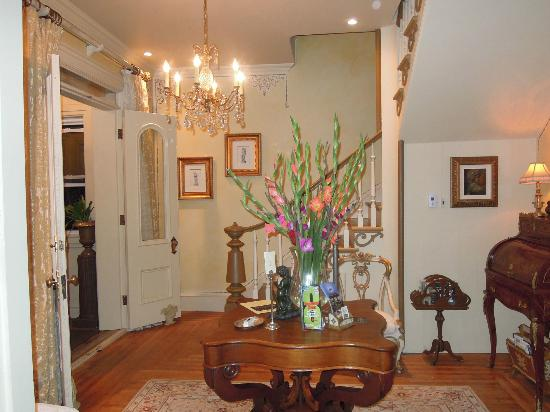 Russell Manor Bed and Breakfast : Entrance halls