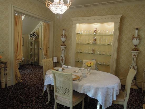 Russell Manor Bed and Breakfast : One of the dining areas
