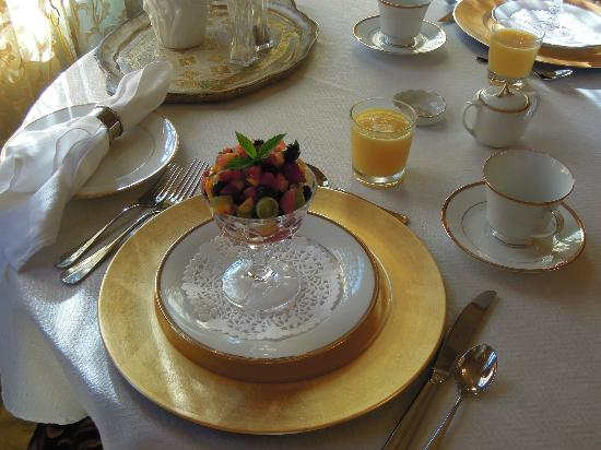 Russell Manor Bed and Breakfast : Elegant and delicious breakfast