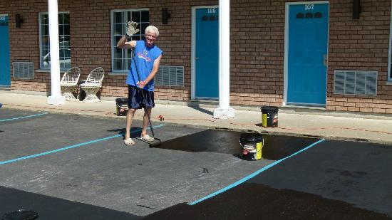 Leisure Inn Hotel: Ernie making the pavement look like new, wow there are a lot of driveways.