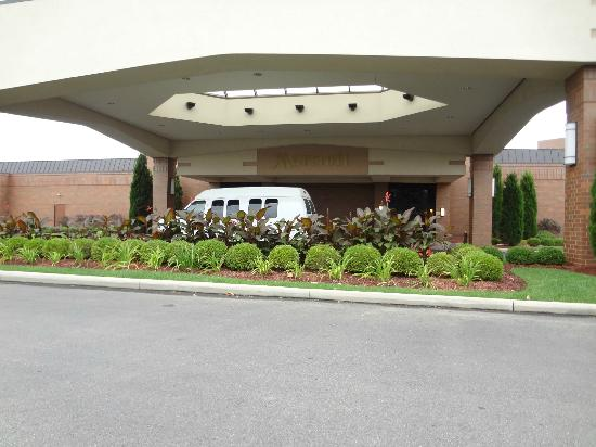 Columbus Airport Marriott: Front of hotel With Shuttle But