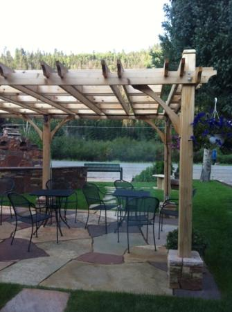 Golden Eagle Lodge: beautiful sitting area and fire pit to enjoy